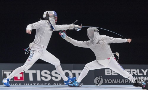 In this EPA photo, Kim Jung-hwan of South Korea (R) is in action against Eli Dershwitz of the United States in the men's individual sabre final at the 2018 World Fencing Championships in Wuxi, China, on July 22, 2018. Kim won the bout 15-11. (Yonhap)