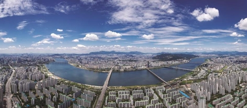 This photo taken from the observation deck of Lotte World Tower, the tallest building in South Korea, shows Seoul's cityscape dotted with apartments. This photo was provided by Lotte Group. (Yonhap)