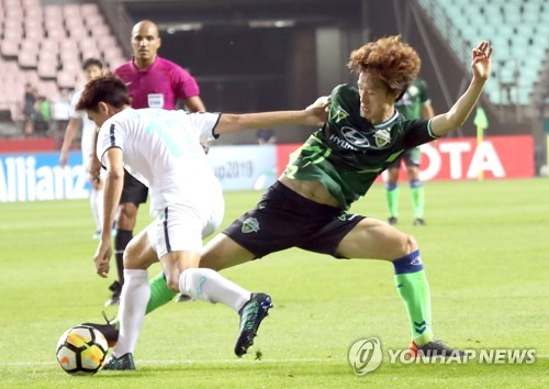 In this file photo from May 15, 2018, Lee Jae-sung of Jeonbuk Hyundai Motors (R) plays against Buriram United during the round of 16 at the Asian Football Confederation Champions League at Jeonju World Cup Stadium in Jeonju, 240 kilometers south of Seoul. (Yonhap)
