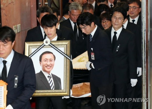 The portrait of opposition lawmaker Roh Hoe-chan is carried from Yonsei University's Severance Hospital for a funeral at the National Assembly on July 27, 2018. (Yonhap)