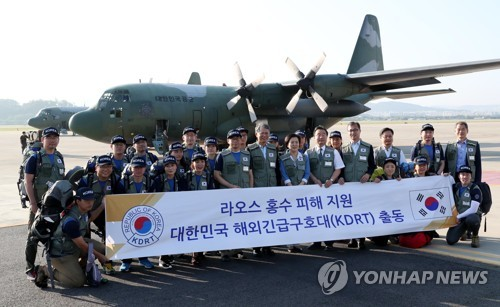 A South Korean disaster relief team comprising medical personnel leaves for Laos on July 29, 2018, to support recovery efforts for the deadly flooding that resulted from the collapse of a dam that was under construction by a Korean builder. (pool photo) (Yonhap)