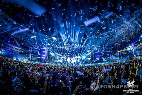 This file photo, provided by MPC Partners, shows Munhak Stadium in Incheon, west of Seoul, crowded with people during the BigCityBeats World Club Dome Korea electronic dance music festival in 2017. (Yonhap)