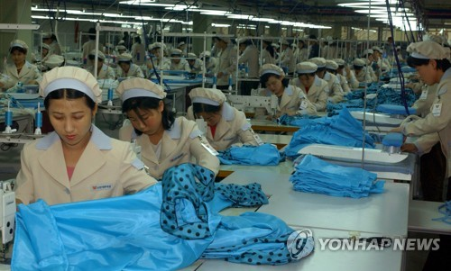 This file photo shows North Korean workers at the Kaesong industrial park before its closure. (Yonhap)