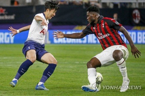 This file photo taken by the Associated Press shows Tottenham Hotspur forward Son Heung-min (L) making a move against AC Milan midfielder Franck Kessie during an International Champions Cup match on July 31, 2018, in Minneapolis, the United States. (Yonhap)