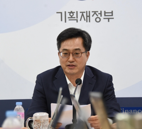 Finance Minister Kim Dong-yeon speaks during a press briefing in the administrative city of Sejong, South Korea, on Aug. 9, 2018. (Yonhap)