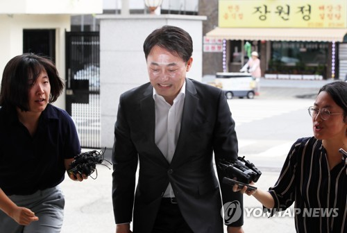 Choi Yong-seok, former CEO of Shinil Group, enters the Seoul Metropolitan Police Agency to be questioned over the firm's claimed discovery of the Dmitrii Donskoi, a sunken Russian ship, on Aug. 9, 2018. (Yonhap)