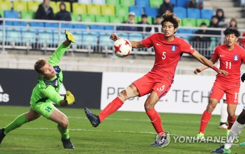 This file photo taken on March 25, 2017, shows South Korean defender Jeong Tae-wook (R) taking a shot during a friendly match against the Honduras U-20 national football team in Suwon, Gyeonggi Province. (Yonhap)