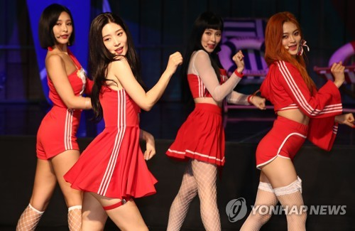 """Members of K-pop girl band DIA perform """"Woo Woo,"""" the main track of their new record """"Summer Ade,"""" during a media showcase for the album in Seoul on Aug. 9, 2018. (Yonhap)"""