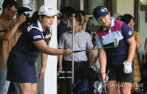 South Korean golfer Park In-bee (L) works with a junior player during a clinic at Ora Country Club in Jeju, Jeju Island, on Aug. 9, 2018. (Yonhap)