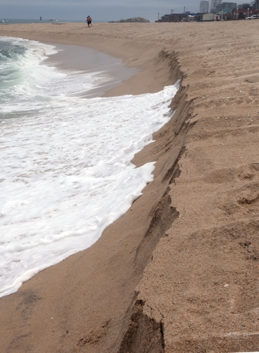 This file photo taken on July 4, 2018, shows the erosion of a beach from waves in Gangneung on South Korea's east coast. (Yonhap)