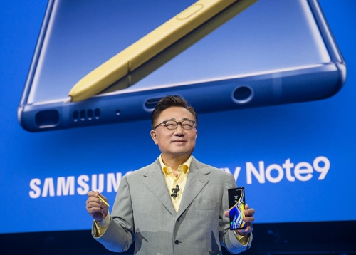 Koh Dong-jin, who heads Samsung's IT and mobile division, introduces the Galaxy Note 9 smartphone in New York on Aug. 9, 2018 (local time).