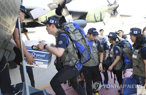 Members of the Korea Disaster Relief Team board a plane to leave for Laos at Seoul Airbase in Seongnam, South Korea, on July 29, 2018, in this file photo. (Yonhap)