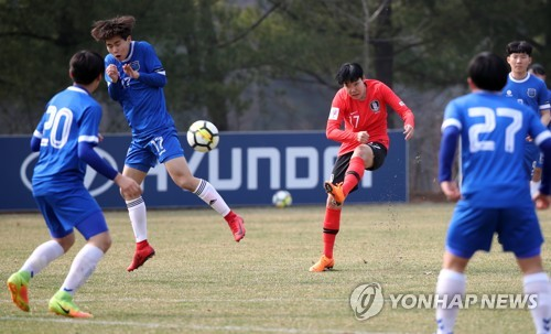 This file photo taken March 27, 2018, shows South Korea women's football forward Lee Geum-min (C) taking a shot during a friendly match against Nunggok High School at the National Football Center in Paju, north of Seoul. (Yonhap)