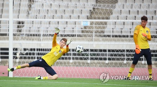 In this file photo taken on Aug. 3, 2018, South Korean goalkeeper Song Bum-keun (R) watches his teammate Jo Hyeon-woo make a save during the under-23 national football team's practice at Goyang Stadium in Goyang, north of Seoul. (Yonhap)