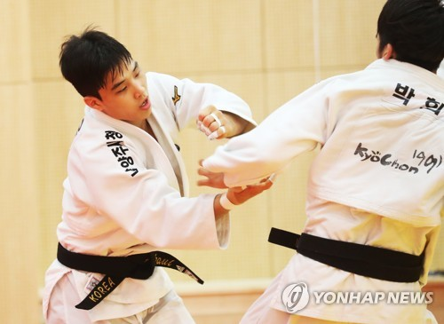 In this file photo taken July 10, 2018, South Korean judoka An Ba-ul (L) trains with his teammate at the National Training Center in Jincheon, North Chungcheong Province, for the 18th Asian Games in Indonesia. (Yonhap)