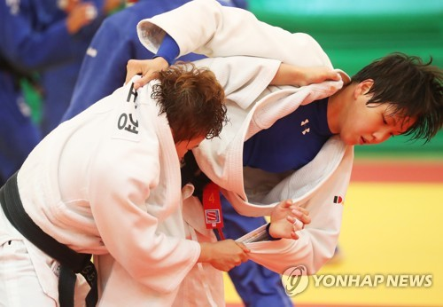This file photo taken July 10, 2018, shows South Korean female judokas training at the National Training Center in Jincheon, North Chungcheong Province, for the 18th Asian Games in Indonesia. (Yonhap)