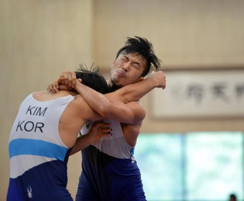 This file photo taken on Aug. 9, 2018, shows South Korean wrestler Ryu Han-su (R) sparring at the National Training Center in Jincheon, North Chungcheong Province, for the 18th Asian Games in Indonesia. (Yonhap)