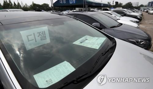 Diesel sedans for sale at a South Korean car dealership (Yonhap)