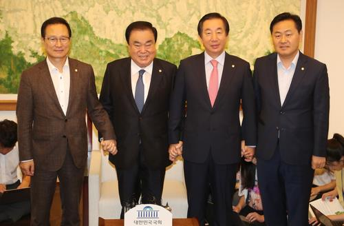 National Assembly Speaker Moon Hee-sang (2nd from L) and the floor leaders of ruling and opposition parties pose for photos on Aug. 13, 2018. (Yonhap)