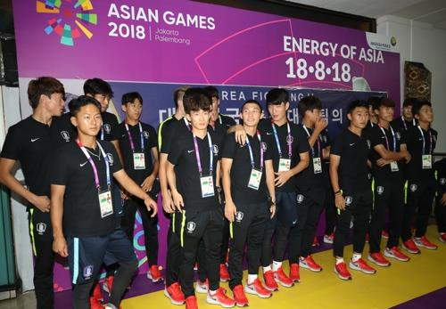 This file photo taken on Aug. 11, 2018, shows South Korea national football team players posing for a photo after arriving at Jakarta Soekarno Hatta International Airport in Jakarta for the 18th Asian Games in Indonesia. (Yonhap)