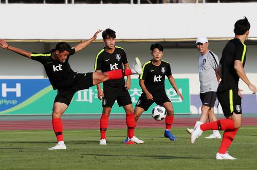 This file photo taken on Aug. 8, 2018, shows South Korea national football team players for the Asian Games training at Paju Stadium in Paju, north of Seoul. (Yonhap)