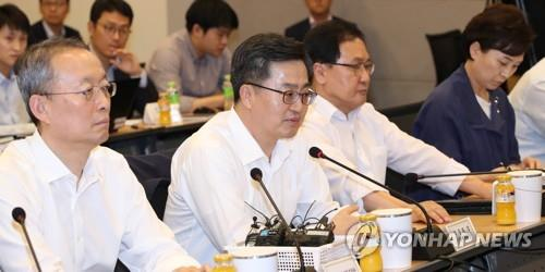Finance Minister Kim Dong-yeon (C) speaks during an economy-related ministers meeting in Seoul on Aug. 13, 2018. (Yonhap)