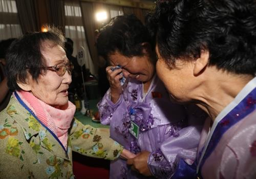 In this photo taken by Joint Press Corps, Han Shin-ja (L), 99, meets her two daughters during a family reunion event held at a Mount Kumgang resort on North Korea's east coast on Aug. 20, 2018. (Yonhap)