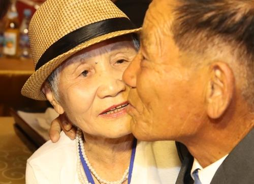 This photo taken by the Joint Press Corps shows Lee Keum-seom (L), 92, with her son during a family reunion event at a Mount Kumgang resort on North Korea's east coast on Aug. 20, 2018, after nearly seven decades of separation caused by the Korean War. (Yonhap)