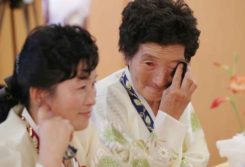 In this photo taken by the Joint Press Corps, a North Korean family member of Baik Min-joon, 93, wipes her tears with a handkerchief during a group reunion held at Mount Kumgang on Aug. 21, 2018. (Yonhap)