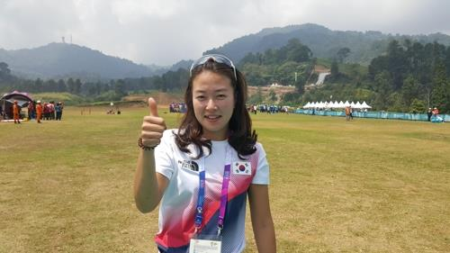 South Korean paraglider Lee Da-gyeom poses for a photo after winning silver medal in the women's accuracy event at the 18th Asian Games in West Java, Indonesia, on Aug. 23, 2018, in this photo provided by South Korean head coach Choi Jong-in. (Yonhap)