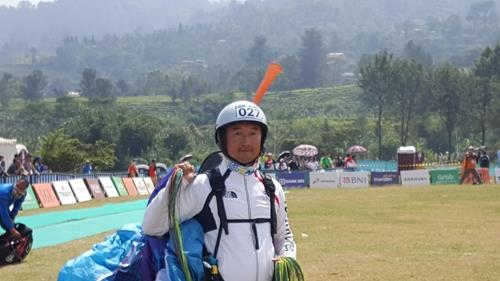South Korean paraglider Lee Chul-soo poses for a photo after winning the bronze medal in the men's accuracy event at the 18th Asian Games in West Java, Indonesia, on Aug. 23, 2018, in this photo provided by South Korean head coach Choi Jong-in. (Yonhap)
