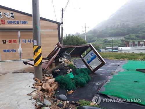 The photo shows a bus stop that was destroyed by strong wind from Typhoon Soulik in Wando, South Jeolla Province, about 363 km south of Seoul, on Aug. 23, 2018. (Yonhap)