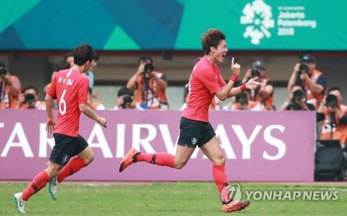 South Korea's Hwang Ui-jo (R) celebrates after scoring a goal against Uzbekistan in the men's football quarterfinal match at the 18th Asian Games at Patriot Chandrabhaga Stadium in Bekasi, east of Jakarta, on Aug. 27, 2018. (Yonhap)
