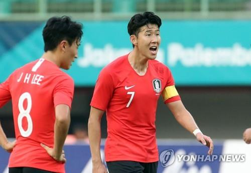South Korea's Son Heung-min encourages his teammates in the men's football quarterfinal match against Uzbekistan at the 18th Asian Games at Patriot Chandrabhaga Stadium in Bekasi, east of Jakarta, on Aug. 27, 2018. (Yonhap)