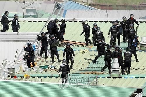 Police commandos break up a 2009 strike by Ssangyong Motor unionists in this file photo. (Yonhap)