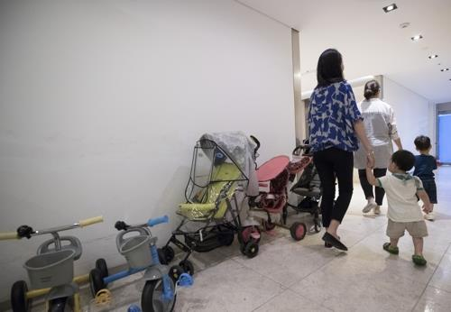 This photo shows mothers with their toddlers at a kindergarten in Seoul. (Yonhap)