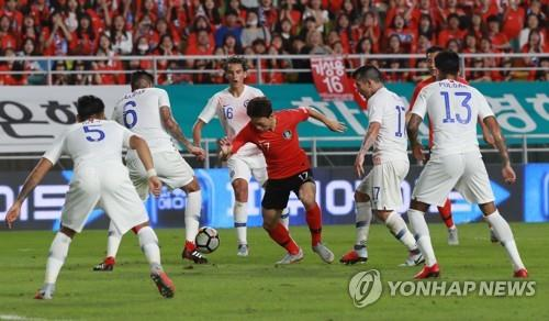South Korea's Lee Jae-sung (C) is surrounded by Chile players during a friendly football match at Suwon World Cup Stadium in Suwon, south of Seoul, on Sept. 11, 2018. (Yonhap)