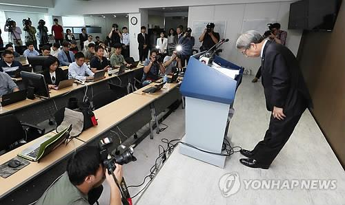 Chung Un-chan (R), commissioner of the Korea Baseball Organization (KBO), bows before the start of a press conference at the KBO headquarters in Seoul on Sept. 12, 2018. (Yonhap)
