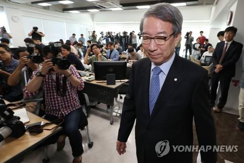 Chung Un-chan, commissioner of the Korea Baseball Organization (KBO), enters the press room at the KBO headquarters for a media conference in Seoul on Sept. 12, 2018. (Yonhap)