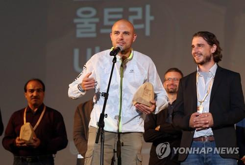 """Balazs Simonyi, director of the documentary film """"Ultra,"""" speaks after winning the grand prize in the international competition section during the closing ceremony of the 3rd Ulju Mountain Film Festival. (Yonhap)"""