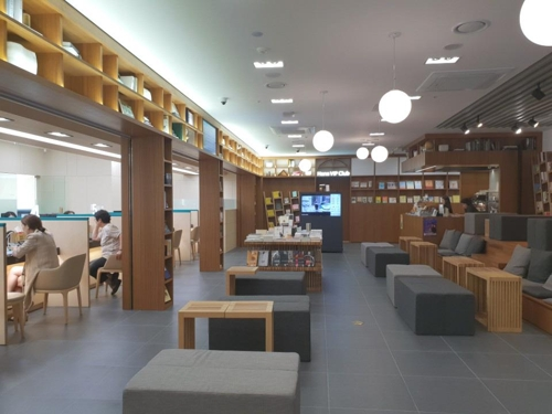 This photo shows the Gwanghwamun Station branch of KEB Hana Bank in Seoul. (Yonhap)