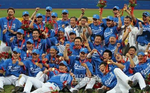 In this file photo taken on Aug. 24, 2008, members of the South Korean national baseball team celebrate their gold medal at the Beijing Summer Olympics following a 3-2 victory over Cuba at Wukesong Baseball Field in Beijing. (Yonhap)