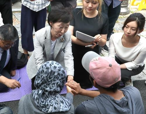 Choi Young-ae, new commissioner of the National Human Rights Commission of Korea, meets with Egyptian asylum seekers on a hunger strike in Seoul on Sept. 13, 2018. (Yonhap)