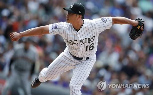 In this file photo from Sept. 3, 2018, Oh Seung-hwan of the Colorado Rockies throws a pitch against the San Francisco Giants in the top of the eighth inning of a Major League Baseball regular season game at Coors Field in Denver. (Yonhap)