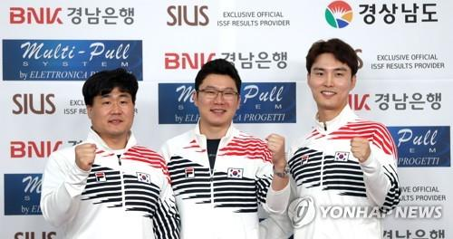 From left: South Korean pistol shooters Han Seung-woo, Jin Jong-oh and Lee Dae-myung pose for photos after winning the gold medal in the men's 10-meter air pistol team event at the International Shooting Sport Federation (ISSF) World Championship at Changwon International Shooting Centre in Changwon, 400 kilometers southeast of Seoul, on Sept. 6, 2018. (Yonhap)