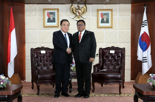South Korea's parliamentary speaker Moon Hee-sang (L) shakes hands with Oesman Sapta Odang, the speaker of the Regional Representative Council, in Jakarta before holding talks to discuss ways to expand cooperation on Sept. 14, 2018, in this photo provided by Moon's office. (Yonhap)