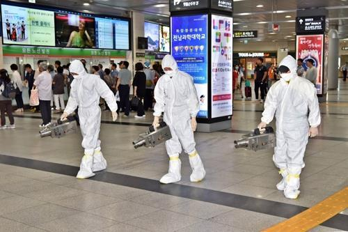 Sanitation workers disinfect Seoul Central Station on Sept. 11, 2018, as part of efforts to stop the spread of Middle East Respiratory Syndrome (MERS). A 61-year-old South Korean man was diagnosed with the MERS virus on Sept. 8 after traveling to Kuwait via Dubai. (Yonhap)
