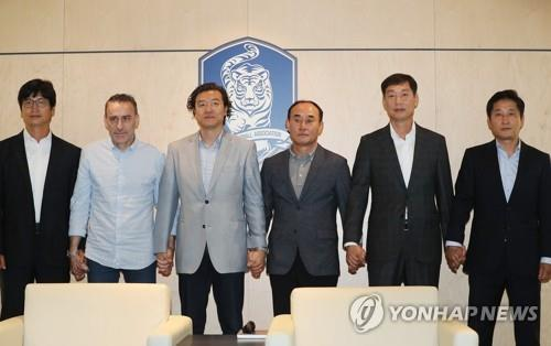 (LEAD) Paulo Bento meets with U-23, U-19 football coaches to discuss cooperation