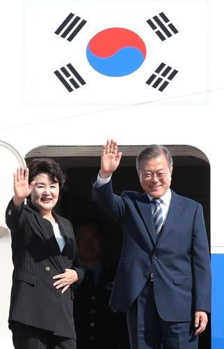 President Moon Jae-in and first lady Kim Jung-sook wave to well-wishers before leaving for Washington from Seoul Airport, just south of Seoul, on Sept. 23, 2018. (Yonhap)