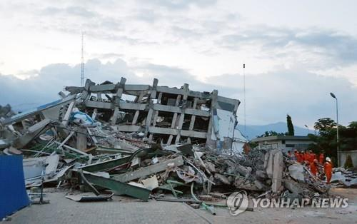 This photo taken on Oct. 2, 2018, shows a collapsed hotel in Palu, Indonesia, which was hit by a 7.5-magnitude earthquake and tsunami the previous week. (Yonhap)